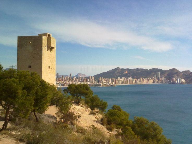 Torre de l'Aguiló i al fons Benidorm. Via: http://www.minube.com/fotos/rincon/472791/2859191#