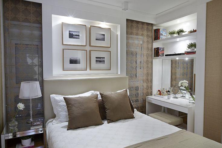 O nicho de marcenaria acima da cama, além de decorativo ajudou a solucionar o problema das duas mini janelas. Na lateral a bancada é uma penteadeira. A cama tem gavetões embaixo. Tudo para ajudar a organização do quarto pequeno.