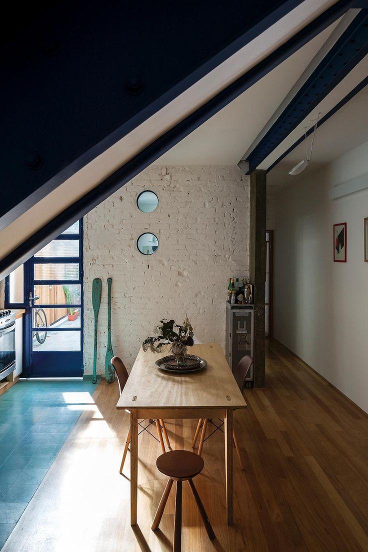 A cozinha está integrada aos demais ambientes sociais graças à demolição da parede que suportava a escada (que leva ao apartamento no andar superior).