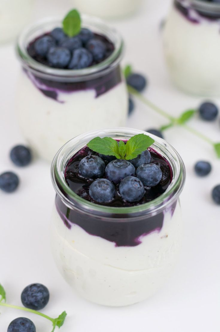 Blaubeeren auf Zitronen-Joghurt-Creme