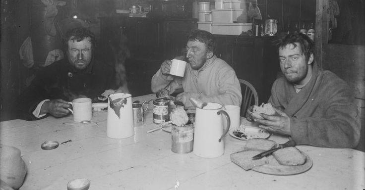 oto disponibilizada pelo Instituto Scott de Pesquisa Polar, da Universidade de Cambridge, em 7 de dezembro, integra exposição sobre a expedição britânica ao pólo Sul conhecida como Terra Nova, realizada entre 1910 e 1913. A imagem foi registrada em agosto de 1911 e mostra integrantes da expedição lanchando. O capitão Robert Falcon Scott liderou a expedição. Tanto ele quanto outros quatro participantes morreram na viagem de volta