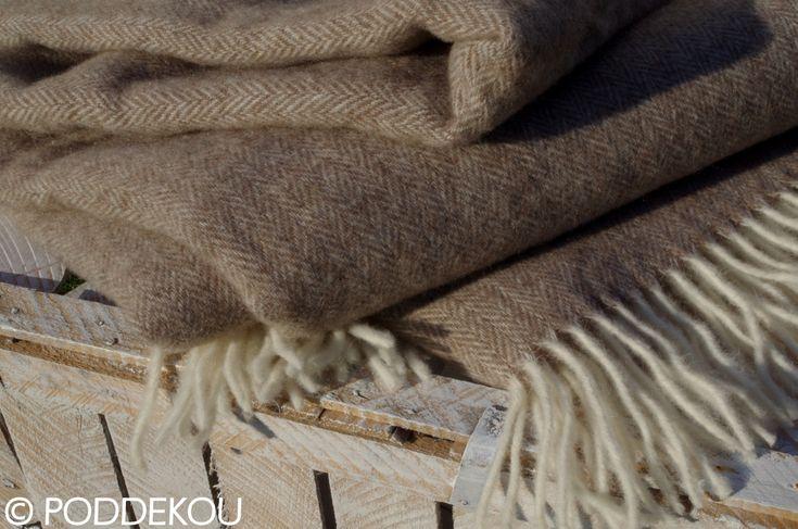Svetlo hnedo biela deka so vzorom rybia kosť.    Merino mohérová deka orieškovo hnedá so strapcami.