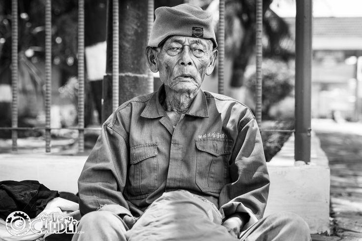 Oude man in Sunda Kelapa haven, Jakarta, Java, Indonesië
