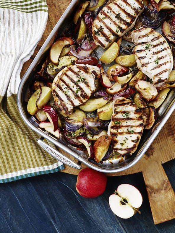 Svinekoteletter i fad med æbler og kartofler