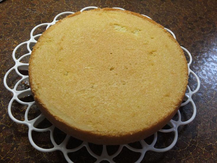 Φτιάξτε μόνοι σας βάσεις παντεσπάνι για τα γλυκά σας με μια συνταγή του Νικ. Τσελεμεντέ.Με σκέτο αλεύρι για άσπρο παντεσπάνι , με κακάο για παντεσπάνι σοκ