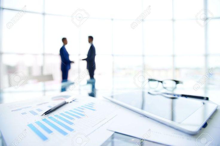 30719255-Close-up-von-Business-Objekten-am-Arbeitsplatz-auf-den-Hintergrund-der-B-roangestellte-Interaktion-Lizenzfreie-Bilder.jpg (1300×867)