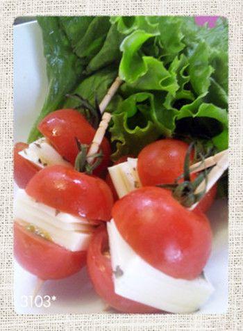 ミニトマトで作るカプレーゼ。ミニトマトにチーズを挟むだけです。簡単にできるのですが、本格的な味でとってもおいしい。隙間埋めにもぴったりです。