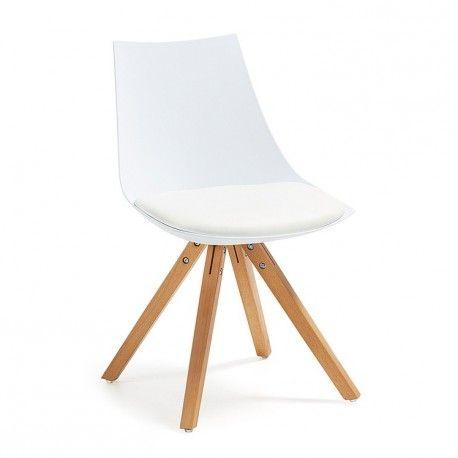 Una original silla de polipropileno con asiento tapizado en piel sintética y patas de madera natural.