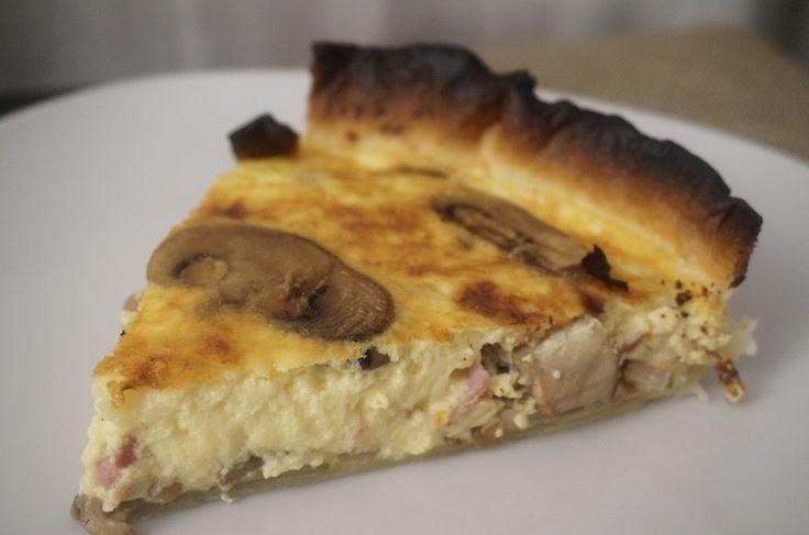 Quiche de bacon y champiñones -  Quiché de bacon y champiñones, una variante del quiché tradicional de la cocina francesa, una tarta con mucho sabor. La quiché es una tarta salada, con una base de hojaldre o masa quebrada, la base del relleno son huevos, nata o leche y a esto le añadimos carnes o verduras. Toda una delici... - http://www.lasrecetascocina.com/quiche-bacon-champinones/