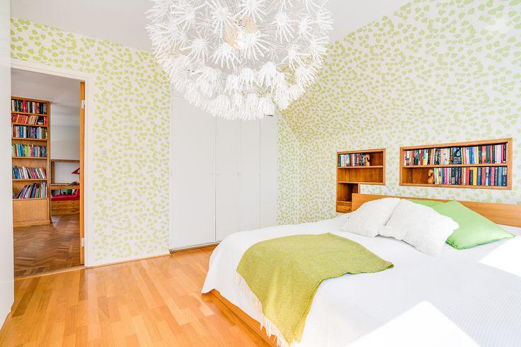 Det stora sovrummets inbyggda bokhylla ramar in den tänkta dubbelsängen och är i ekfanér. Väldigt mycket charm och mycket passande till den underbara tapeten i grönskande blad. Utsikten från fönstret är sydlig och visar takåsarna över Halmstad samt en havsglimt av Halmstads inlopp. I rummet finns både inbyggda garderober och grunda lösa garderober som passar fint i rummet.