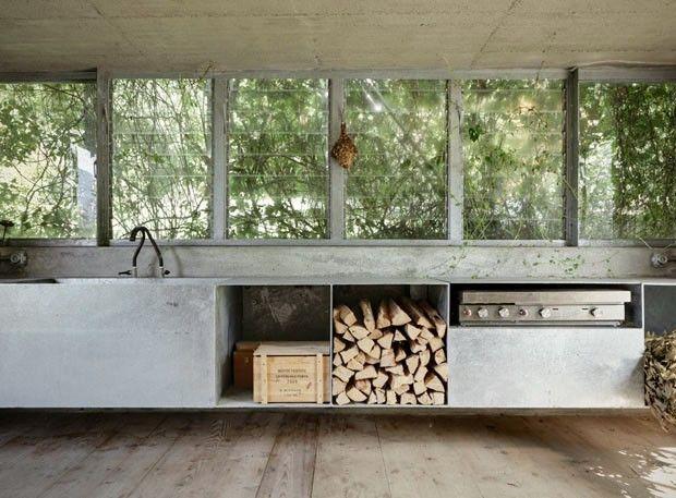 Sehr lässig, das Kaminholz einfach mitten ins Regal oder zwischen die Einrichtung zu packen - coole Mischung zwischen modern und rustikal.