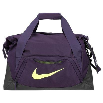 Para los amantes del fútbol, llegó el Bolso Nike FB Shield Duffel Violeta e Negro. Tiene un amplio compartimiento independiente para guardar los botines sucios y la ropa transpirada después de los partidos. | Netshoes