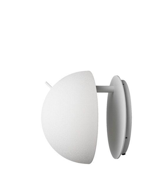 Losapliques de paredRadon tienenuna forma totalmente limpia donde cada detalle está justificado. Radon consta de un soporte de pared circular y una carcasa semi-esférica. El interruptor se coloca en la parte superior de la lámpara para una fácil manipulación. La lámpara Radon wall ofrece tanto una luz indirecta como una luz directa ya
