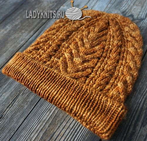 Вязаная спицами шапка с отворотом и узором из кос