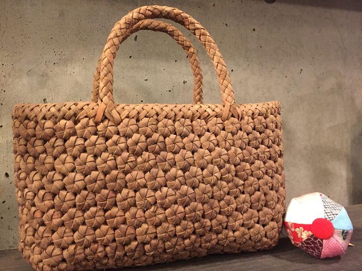 花結び編みのカゴバッグ