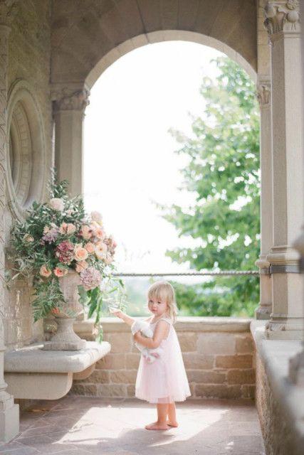 la magia dell'ingresso della #Sposa preceduto da un'incantevole #damigella per un #matrimonio che sia sempre più una favola: con i nostri suggerimenti di #weddingplanner su come organizzare l'ingresso e vestire i bimbi!  Paggetti e damigelle: i piccoli protagonisti di un matrimonio