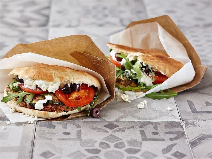 Kreikkalaiset maut valtaavat pitaleivät, kun taskuun sujautetaan muhkeat karitsan jauhelihapihvit ja reilusti tuoreita kasviksia.