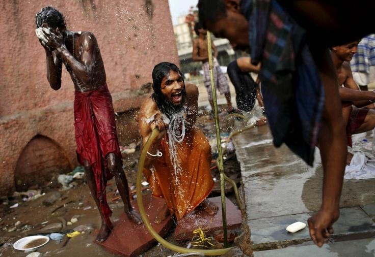 Neu-Delhi, Indien, 8. Mai 2012:  Muslimische Pilger auf dem Weg in den westlichen indischen Bundesstaat Rajasthan waschen sich auf ihrer Station in Indiens Hauptstadt Neu-Delhi.