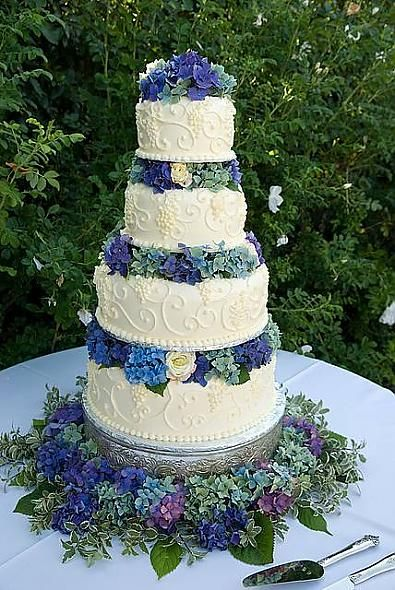 hydrangea wedding cake..so beautiful!  Will take the idea and use it for birthday or other event cakes also.