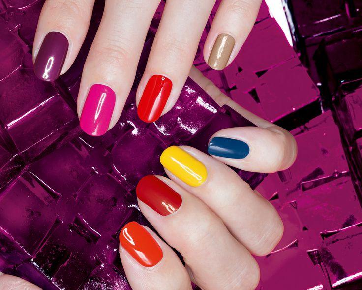 Värikkäät kynnet ovat kevään must-kauneusasia. Kuvassa uusi Avon Gel Finish -kynsilakka tositoimissa. | Colorful nails are a must this Spring, DIY gel painted nails with Avon #GelFinish