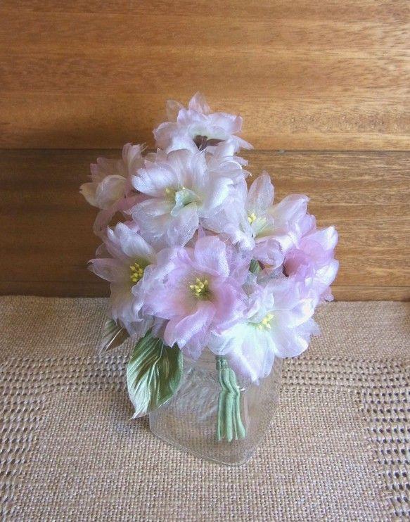 シルクヌメが放つ優しい光沢の中にシルクオーガンジーの花びらが 楚々として八重の桜が豊かに咲いています。白とピンクの桜が とってもスィート。和・洋 どちらでも装...|ハンドメイド、手作り、手仕事品の通販・販売・購入ならCreema。