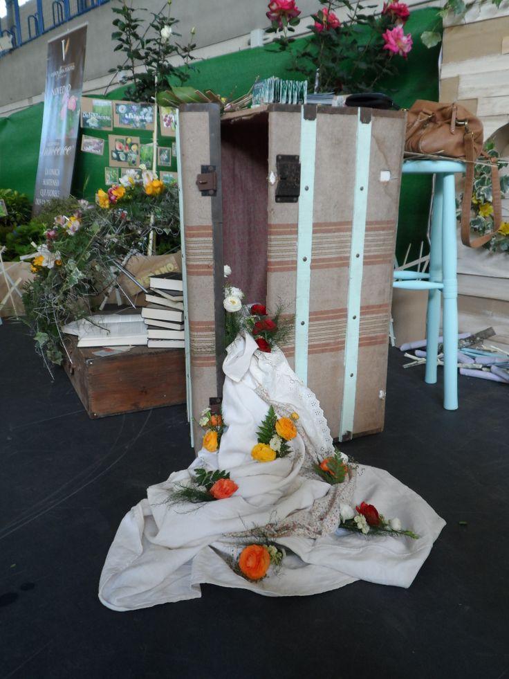 Mostrador, flores y telas caen del interior de esta antiquísima maleta de viaje!
