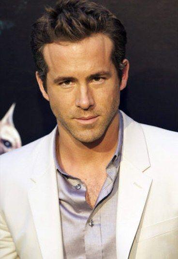 Sexy Star: Ryan Reynolds - Sexy Star: Würden Sie diesen Mann von der Bettkante schubsen? - Verlobt mit Alanis Morissette. Verheiratet mit Scarlett Johansson. Geschieden. Jetzt mit Blake Lively verheiratet: Ryan Reynolds ('Green Lantern') lässt nichts anbrennen...