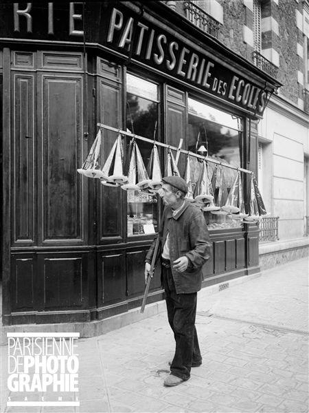 Marchand de chapeaux englués pour capturer les mouches. Paris, 1911.