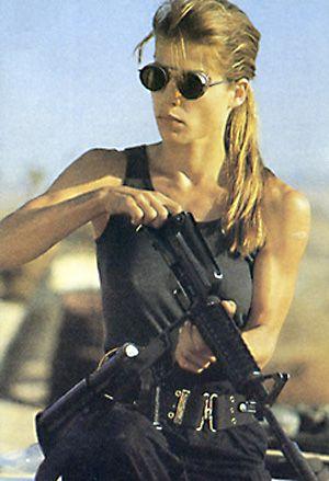 Mulher, no seu estilo guerreira, no papel heróico de Linda Hamilton em O Exterminador do Futuro II