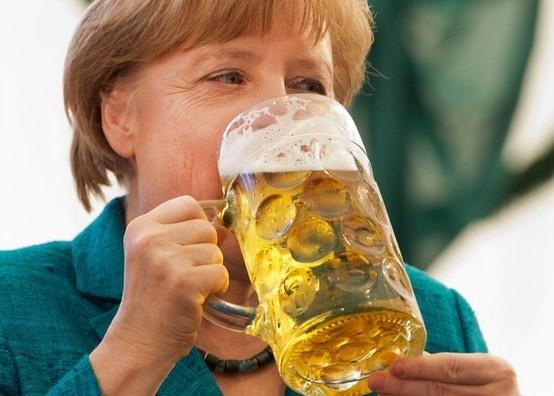 Bundeskanzlerin Angela Merkel trinkt ein zuenftiges Mass ...