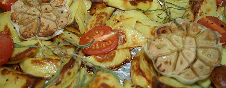 Ovnstegte kartofler med hvidløgsblomster og rosmarinkviste