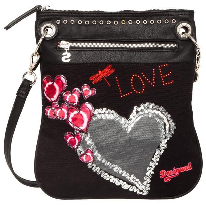 Sac travers heart punk de Desigual (44.00€). Ce sac aux inscriptions « Love » vous permettra d'exprimer tout l'amour que vous avez pour votre maman.