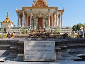 http://www.vietnamitasenmadrid.com/camboya/palacio-real-pagoda-plata-phnom-penh.html Maqueta de Angkor Wat en el interior del Palacio Real de Phnom Penh
