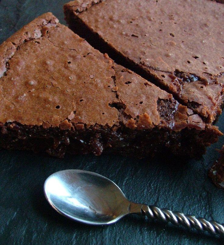Le gâteau au chocolat comme je l'aime : une croûte fine et claire qui se brise sous la cuillère et révèle un coeur noir, fondant, irrésistible ! C'est fort en chocolat, en calories aussi, oui, c'est vrai, mais… quel plaisir à chaque bouchée. Comme une...