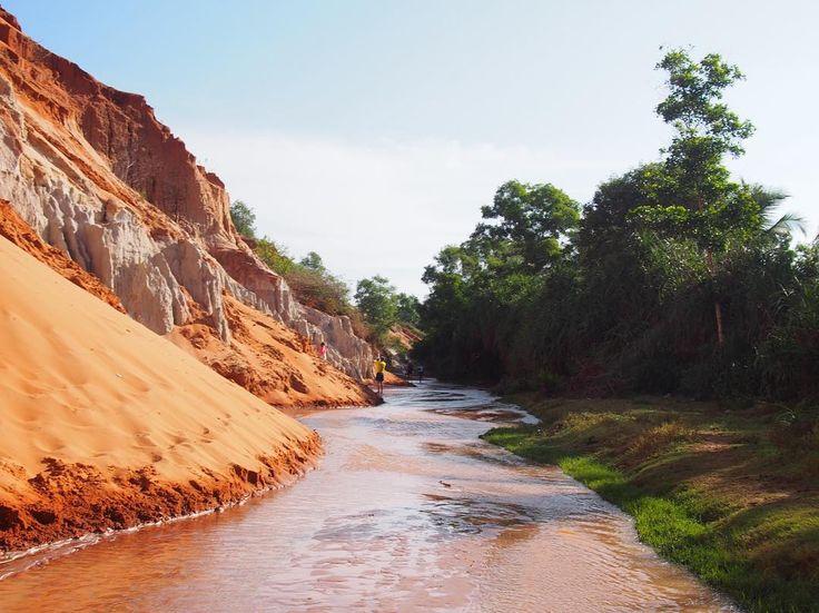 ベトナム南部の人気観光スポットムイネーにある妖精の渓流スイティエン  スイティエンとはsuoi=渓流tien=妖精  英語ではフェアリーストリーム妖精の渓流  こちらのスイティエンはずぅとゆらゆらと一本道がひたすらに低い水位が続く小川  行き方は単純で街の構造がシンプルなため  ムイネー観光用のバスなどでムイネーに到着後誰かに聞けば迷うことなく直ぐ分かる  道沿いに位置しています  その他ホテルなどでツアーに申し込んで行くこともできます  ホーチミンなどベトナム南部なな来た際には一度訪れたい所ですね  #taiwa #cocoacana #vietnam #muine #fairystream #スイティエン #妖精 #ベトナム #ムイネー #旅 #旅行 #観光 #写真 #海外 #海外生活 #海外旅行 #バックパッカー #砂丘 #旅人 #海外暮らし #自分磨き #地球の歩き方 #世界 #コラム #ここあかな