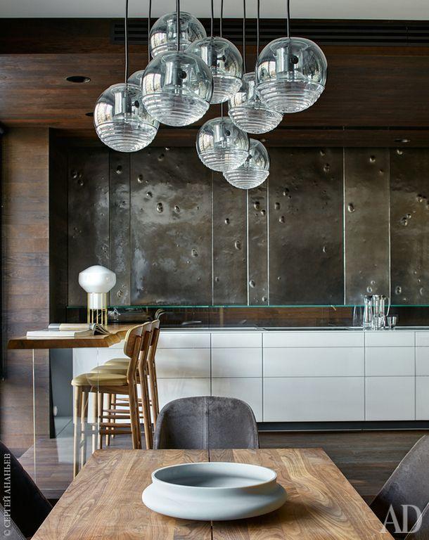 Кухня. Барная стойка выполнена на заказ в Австрии из спила вяза. Барные стулья, Autoban; настольная лампа, Fabbian. На столе блюдо Tone, матовое стекло, BoConcept.