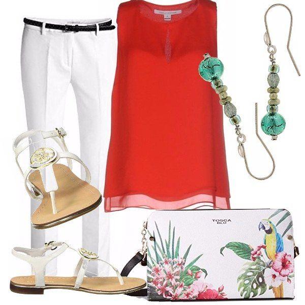 Outfit fresco e semplice composto da pantalone bianco di linea dritta, abbinato a top rosso. Sandalo in cuoio bianco, originalissima borsa con stampa tropicale, orecchini in vetro di Murano.