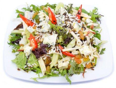 A vadrizs mellé tesszük a salátakeverékünket és adunk hozzá kéksajtot, zeller szárat, almát, chilit és aranymazsolát. Egészséges és laktató étel is egyben.