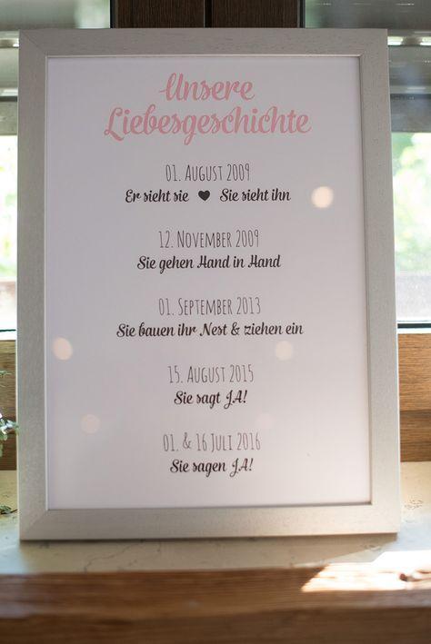 Die Liebesgeschichte von Braut und Bräutigam als Schild bei der Hochzeit. Fot…