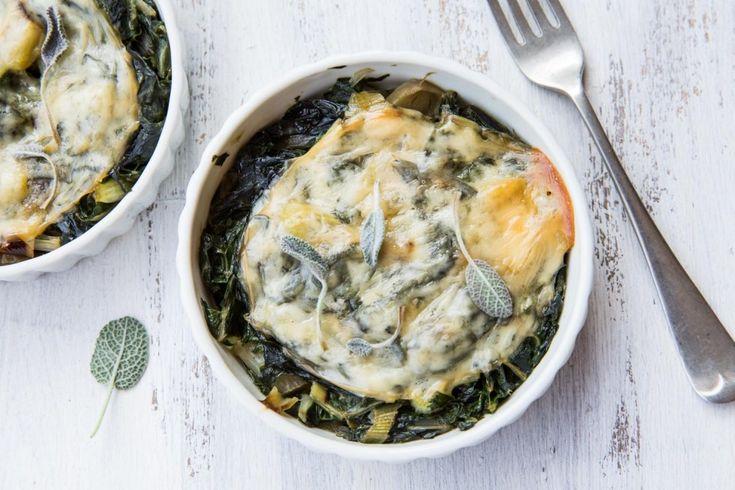 Il caciocavallo gratinato, accompagnato da bietole e porri, è un secondo piatto vegetariano filante e goloso. Pochi minuti di cottura per un gusto intenso e appagante!
