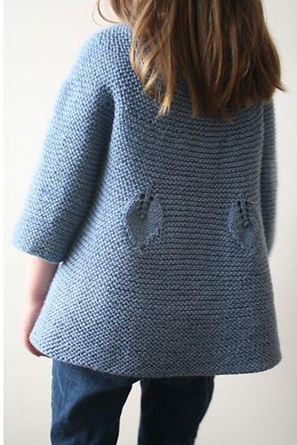 Abrigo de niña en azul, manga tres cuartos, detalles de hojas
