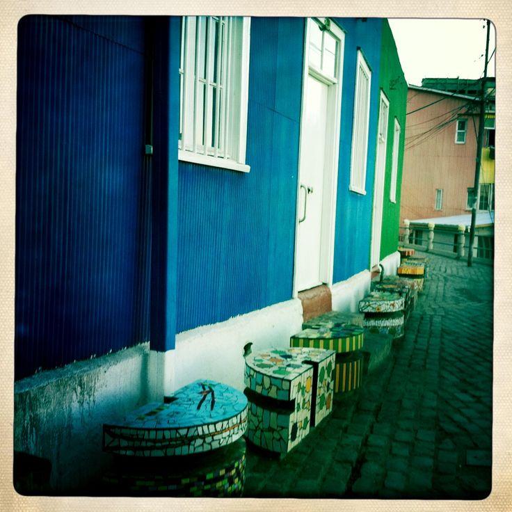 Asientos de mosaicos de colores , cada uno diferente, Valparaiso, Chile