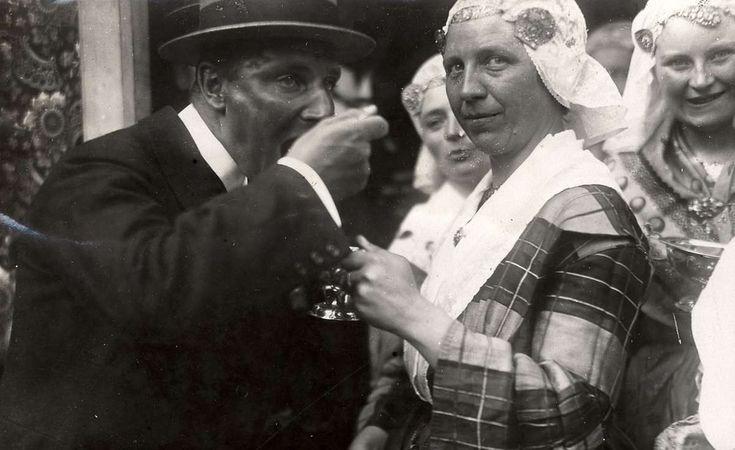 Bruiloften, huwelijk. Tijdens de Drentse boerenbruiloft gaat de zilveren brandewijnkom rond. De burgervader neemt een lepel vol brandewijn met rozijnen of bonen. 1921 #Drente