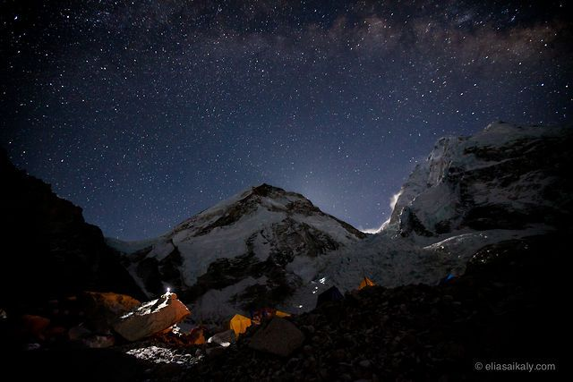 Un hermoso time-lapse del Everest. While most climbers slept, I attempted to capture some of the magic that the Himalayan skies have to offer while climbing to the top of the world.