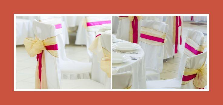 Mit Stuhlhussen und Schleifen dekorierte Stühle - edel und feierlich