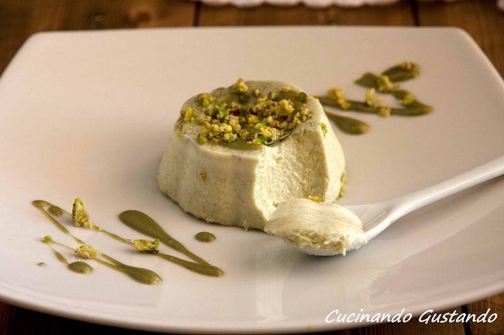La Panna cotta al pistacchio senza zucchero è un dessert al cucchiaio prelibato dal sapore irresistibile raffinato e molto particolare.