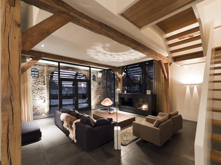 Moderne strakke afwerking van muren, vloeren en plafonds, in combinatie met doorleefde houten constructie