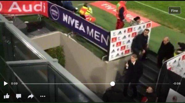 Milan-Inter: Mancini mostra il dito ai tifosi, Mihajlovic si rompe i pantaloni