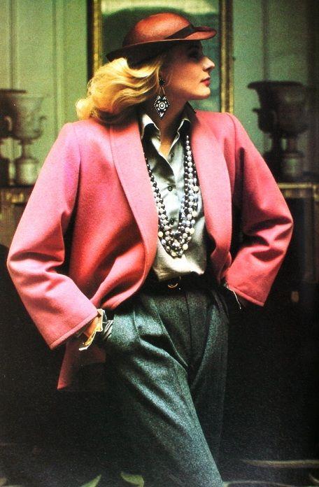 Yves Saint Laurent - Colecção Rive Gauche, Vogue 1981 Visual profissional, casaco rosa ombros sobressaídos, calças subidas e largas,...