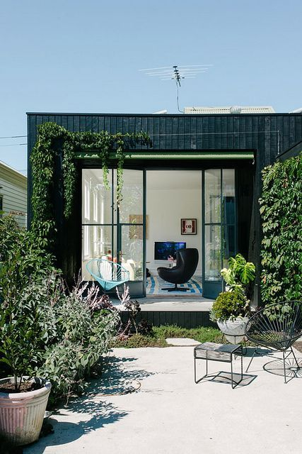 Regards et Maisons le Blog outdoor courtyard and large metal frame windows
